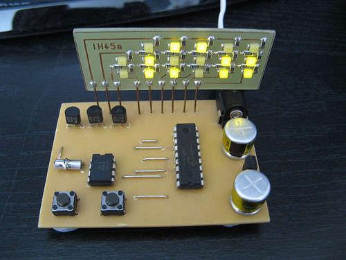 Reloj binario casero con PIC16F84A y DS1307