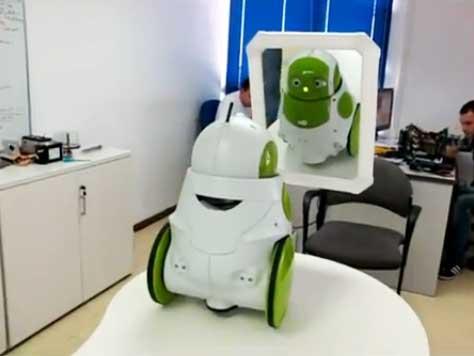 Robot QBO conoce el espejo por primera vez