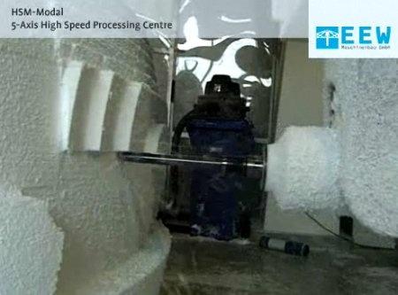 CNC de 5 ejes haciendo un prototipo de coche en poliuretano