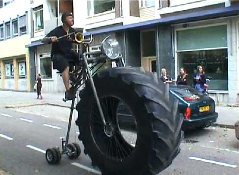 Triciclo casero con rueda de bigfoot