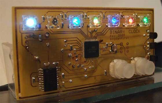 Reloj binario casero de colores