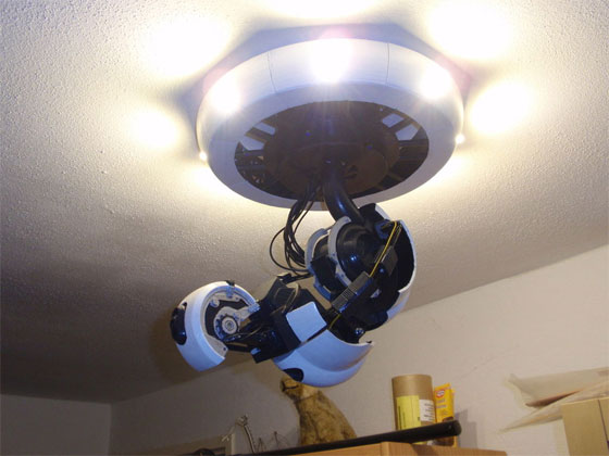 GlaDOS: Lámpara con brazo robot inspirada en Portal