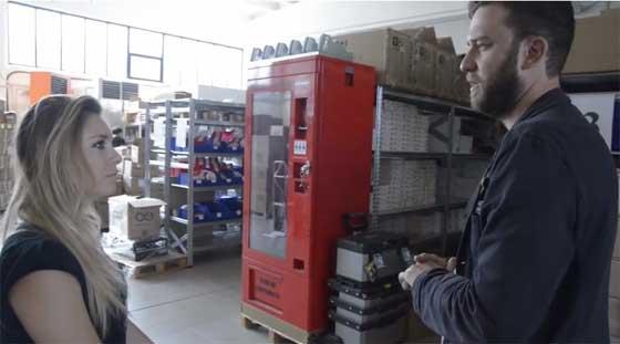 Davide Gomba muestra la fábrica de Arduino en Italia