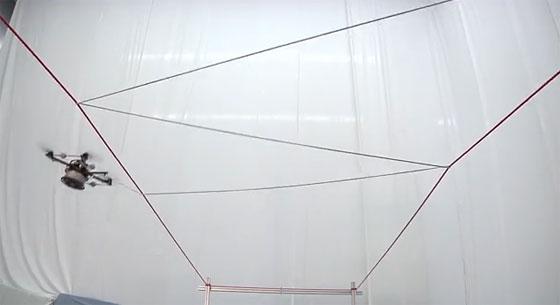 Un Drone tejiendo una tela de araña