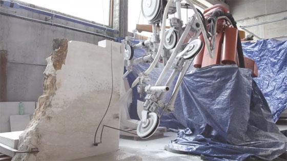 Brazo robot ABB cortando granito con curvas