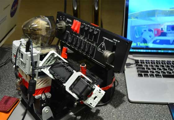 Robot con sistema de aprendizaje para pilotar un avión