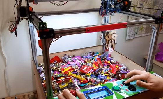 Máquina de dulces con brazo mecánico hecha con Arduino