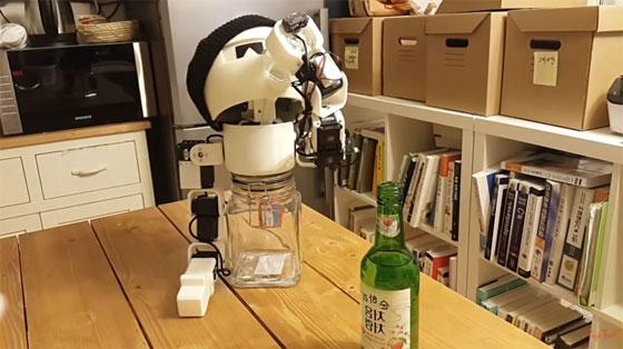 Robot Drinky te acompaña en las rondas de chupitos