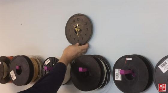 Reloj de pared con una bobina de filamento vacía