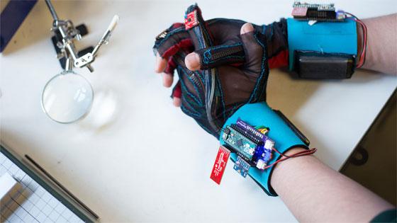 Crean guantes que traducen el lenguaje de signos a voz