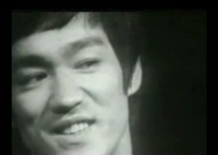 (Video) Bruce Lee: Mas duro quel acero con carbono aligerado