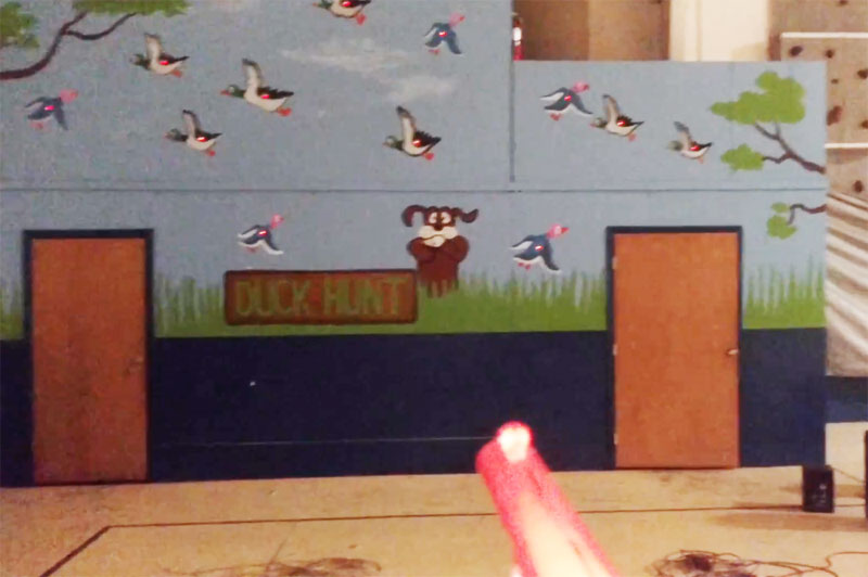 Jugando a Duck Hunt en la pared del gimnasio