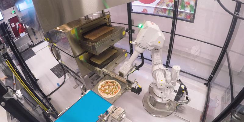Un brazo robot para meter pizzas en el horno