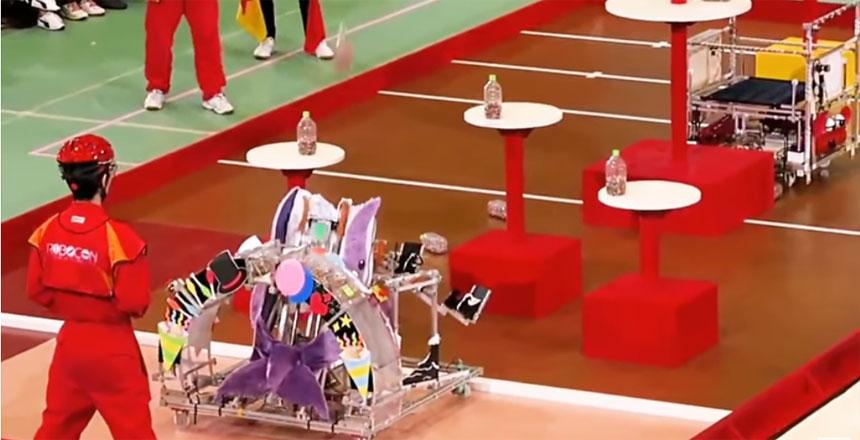 Competición de robots que lanzan botellas