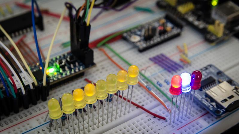 Cómo hacer un ordenador 8-bits 6502 casero con FPGA en una protoboard