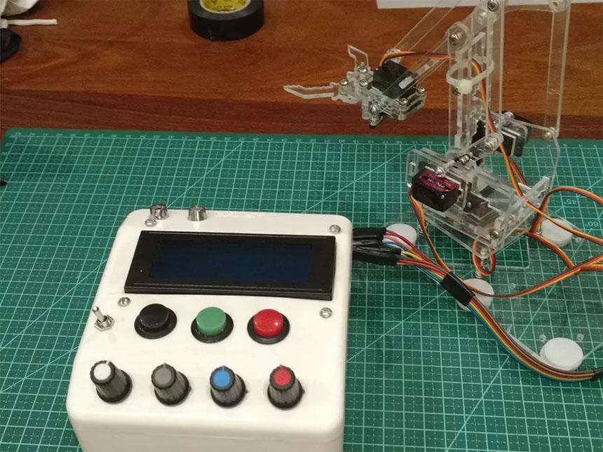 Tobor: Brazo robot sencillo con servos controlado por Arduino