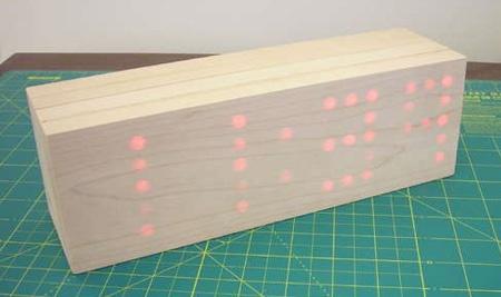 Reloj de pared de madera hecho con matriz de diodos LED