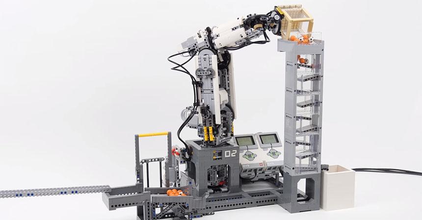 Un brazo robot de seis ejes hecho con LEGO