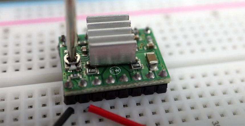 Cómo ajustar la corriente de controlador de motor paso a paso A4988 de Pololu