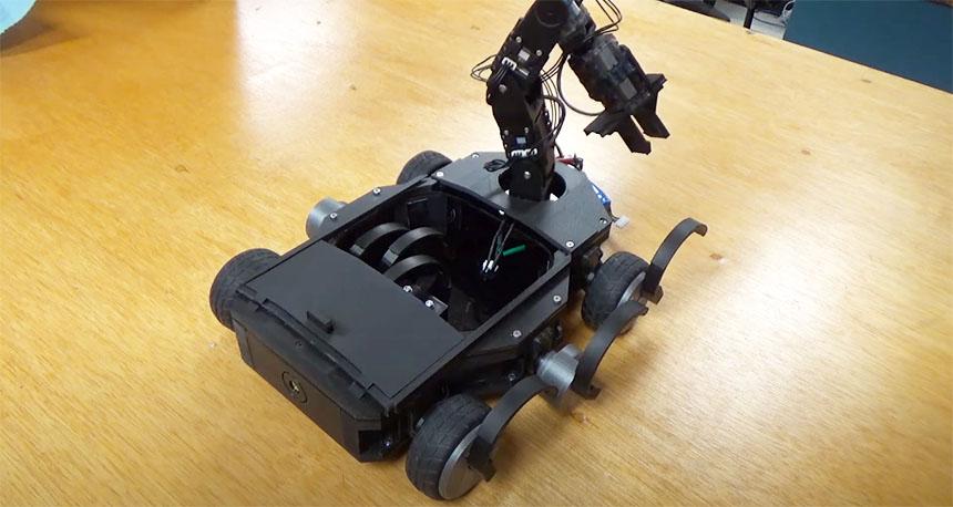 Éste robot cambia sus propias ruedas con su brazo robot