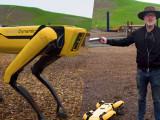 Adam Savage prueba el robot Spot de Boston Dynamics